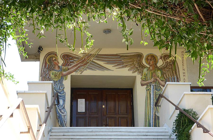 Eingang der im Bauhaus-Stil errichteten Christuskirche