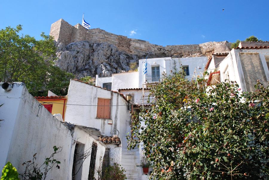 Weiß gekalkte kubische Häuser unter der Akropolis